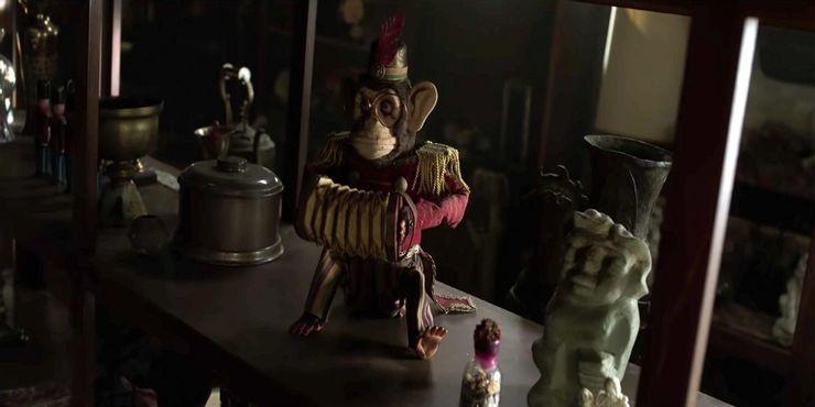 mono con acordeon del museo warren